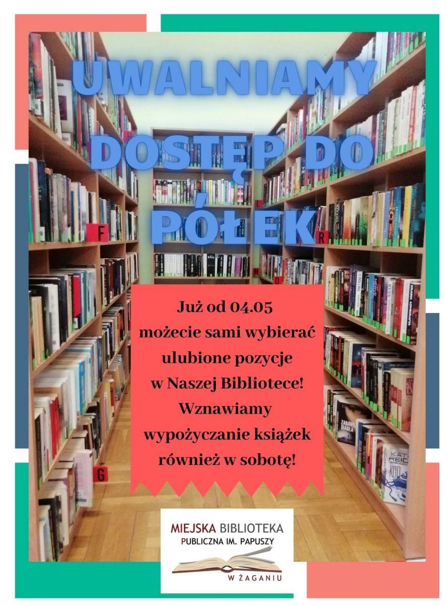 Plakat informujący. Na tle regałów z książkami niebieski napis dużymi literami: Uwalniamy dostęp do półek. Pod spodem czarny napis na czerwonym tle: Już od 4 maja możecie sami wybierać ulubione pozycje w Naszej Bibliotece! Wznawiamy wypożyczanie książek również w sobotę! Na samym dole na środku logo Biblioteki.